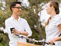 Ståenden av att le paranseende parkerar in med cykelsamtal Arkivfoton