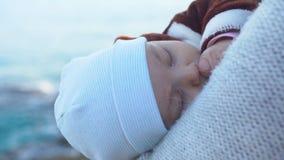 St?enden av att sova behandla som ett barn pojken Hav och himmel i bakgrunden arkivfilmer