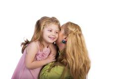 Ståenden av barn fostrar att viska hemligheter i hennes förtjusande dau Royaltyfria Bilder