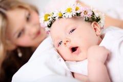 Ståenden av barn fostrar och behandla som ett barn fotografering för bildbyråer