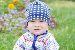 Ståenden av behandla som ett barn ålder av 10 månader mot blommor Arkivbild