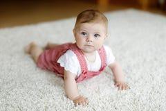 Ståenden av behandla som ett barn flickan i det vita soliga sovrummet Nyfött barn som lär att krypa Royaltyfria Foton
