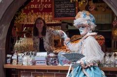 Ståenden av Costumed kvinnan med blått klär och fläktar av traditionellt elsassiskt lager på det Venetian ståtar framme i Riquewi Royaltyfria Bilder