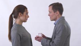 Ståenden av damen accepterar inte förbindelseförslaget och den nära lilla asken som föreslås till henne av en man som isoleras på