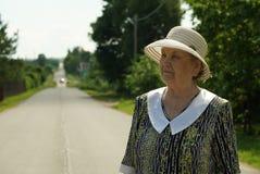 Ståenden av den äldre kvinnan åldrades den iklädda hatten för 80-tal Royaltyfri Bild