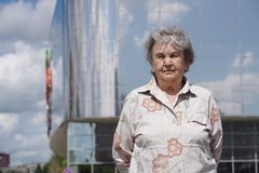 Ståenden av den allvarliga gamla kvinnan åldrades 80-tal utomhus Royaltyfri Fotografi