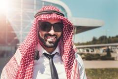 Ståenden av den arabiska mannen bär röda Keffiyeh arkivfoto