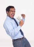 Ståenden av den asiatiska affärsmannen som tycker om framgång, får den vinnande bonen Arkivfoto