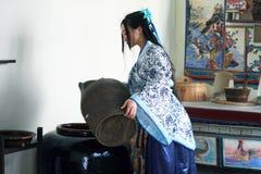 Ståenden av den asiatiska kinesiska flickan i den traditionella klänningen, blå och vit porslinstil Hanfu för kläder, häller vatt royaltyfri foto