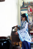 Ståenden av den asiatiska kinesiska flickan i den traditionella klänningen, blå och vit porslinstil Hanfu för kläder, häller vatt arkivbilder