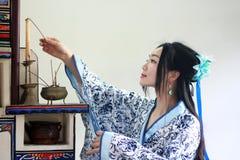 Ståenden av den asiatiska kinesiska flickan i den traditionella klänningen, blå och vit porslinstil Hanfu för kläder, tänder stea Royaltyfria Bilder