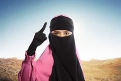 Ståenden av den asiatiska muslimkvinnan med skyler anseende i ursinneemotio Arkivfoto