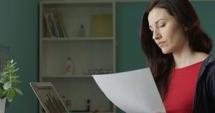 Ståenden av den attraktiva frilans- kvinnan trycker ned över påringning och kastadokument som frustreras med dåliga nyheter stock video
