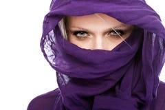 Kvinna med den purpurfärgade head scarfen Arkivfoton