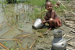 Ståenden av den bangladeshiska flickan tvättar sig av i floden Royaltyfria Bilder