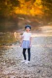 Ståenden av den blonda flickan med två flätade trådar Höst i den gula skogen Royaltyfri Foto