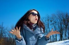 Ståenden av den chockade emotionella kvinnan i solglasögon i staden parkerar utomhus över blå himmel under tidig vårtid fotografering för bildbyråer
