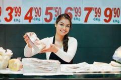 Ståenden av den erbjudande saloen för den kvinnliga säljaren och späcker Royaltyfri Foto