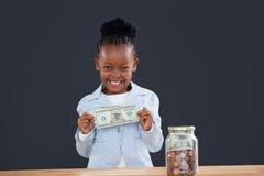 Ståenden av den gladlynta affärskvinnan med mynt skorrar visa pappers- valuta arkivbild