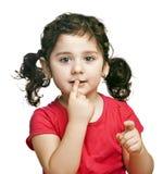 Ståenden av den gulliga brunetten behandla som ett barn flickan arkivbilder