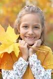 Ståenden av den gulliga lilla flickan som in ler, parkerar royaltyfri fotografi