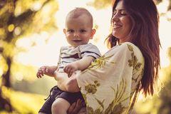 Ståenden av den härliga barnmodern och hennes behandla som ett barn pojken arkivbilder