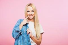 Ståenden av den härliga blonda kvinnan i jeans klår upp leende Arkivfoton