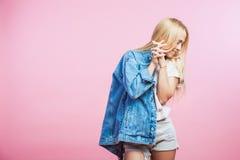 Ståenden av den härliga blonda kvinnan i jeans klår upp leende Royaltyfria Bilder