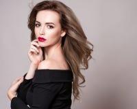 Ståenden av den härliga blonda kvinnan med den lockiga frisyren och ljus makeup, gör perfekt hud, skincare, brunnsorten, cosmetol Royaltyfria Bilder