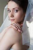 Ståenden av den härliga brudkvinnan med skyler Arkivfoto