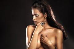 Ståenden av den härliga brunettladyen med att förbluffa ringer Arkivbild