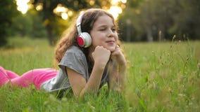 Ståenden av den härliga Caucasian lilla flickan som spenderar Tid parkerar offentligt Student Kid Having mycket roligt koppla av lager videofilmer