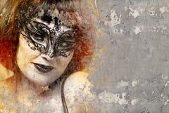 Ståenden av den härliga kvinnan över smutsar ner väggen med venetian maskerar, arkivfoton