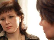 Kvinnan avspeglar in reflexion Fotografering för Bildbyråer