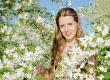 Ståenden av den härliga kvinnan med äppleträdet blommar Royaltyfri Fotografi