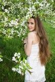 Ståenden av den härliga kvinnan med äppleträdet blommar Fotografering för Bildbyråer