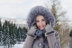 Ståenden av den härliga kvinnan på vinter går Arkivbild