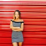 Ståenden av den härliga le unga kvinnan med händer vek stan Royaltyfri Fotografi