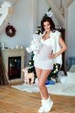Ståenden av den härliga sexiga gravida brunetten i vit transparen Royaltyfria Foton