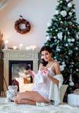 Ståenden av den härliga sexiga gravida brunetten i vit transparen Royaltyfri Bild