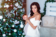 Ståenden av den härliga sexiga gravida brunetten i vit transparen Arkivfoto