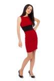 Stående av den härliga sexiga kvinnan som ha på sig röd klänning- och svartsho Arkivbilder