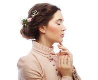 Ståenden av den härliga unga bruden i rosa färger klär Fotografering för Bildbyråer