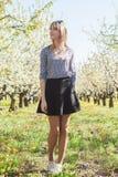 Ståenden av den härliga unga kvinnan, i att blomma för äppleträd, parkerar på en solig dag Le den lyckliga flickan för flicka let Royaltyfria Foton