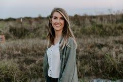Ståenden av den härliga unga vuxna yrkesmässiga kvinnliga kvinnamodemodellen Person Smiling Outside på parkerar i natur med N arkivfoto