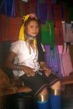 Ståenden av den Kayan Lahwi flickan poserar fotografering för bildbyråer