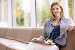 Ståenden av den kvinnliga högskolan handleder With Digital Tablet Arkivbild