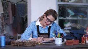 Ståenden av den kvinnliga teckningen för kläderformgivaren skissar stock video