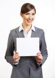 Ståenden av den le affärskvinnan med tomt stiger ombord royaltyfria foton