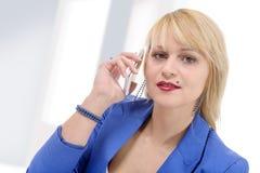Ståenden av den le affärskvinnan ringer samtal arkivfoton